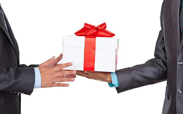 Как дарить деловые подарки